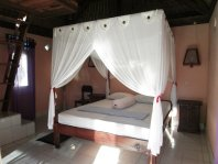 Gardenview Bungalow: Bed with mosquito net